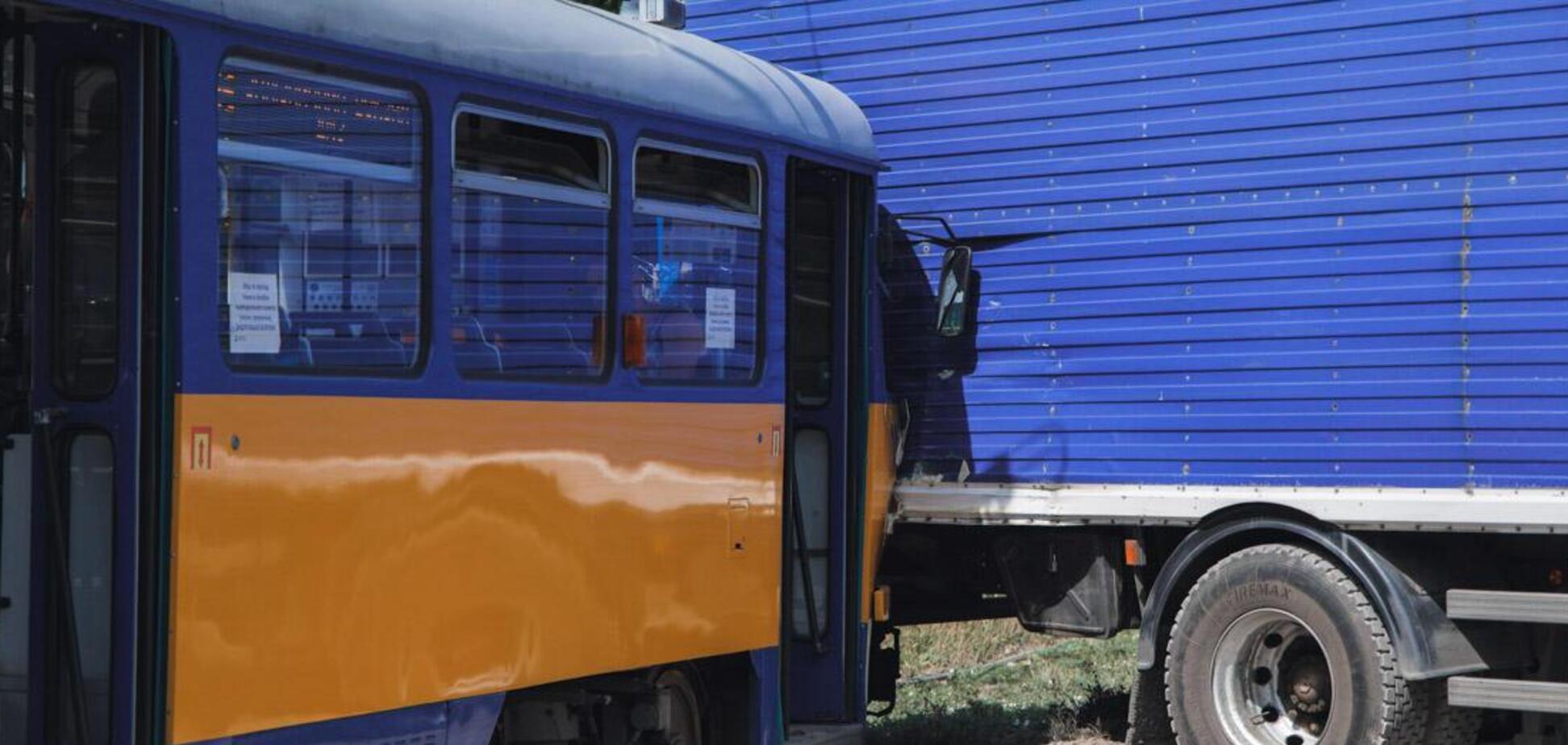 У Дніпрі трамвай з пасажирами влетів у фуру. Фото з місця аварії