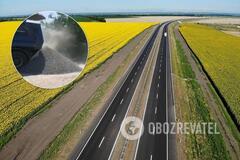 На Николаевщине водитель выгрузил щебень посреди трассы, чтобы не взвешивать грузовик. Видео