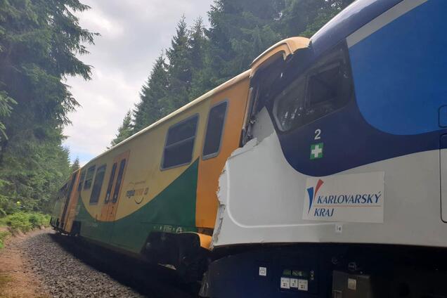 В Чехии пассажирские поезда столкнулись лоб в лоб