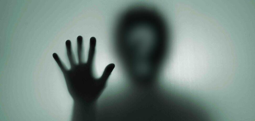 Темная фигура якобы сидит за столом в комнате, где танцевала девочка