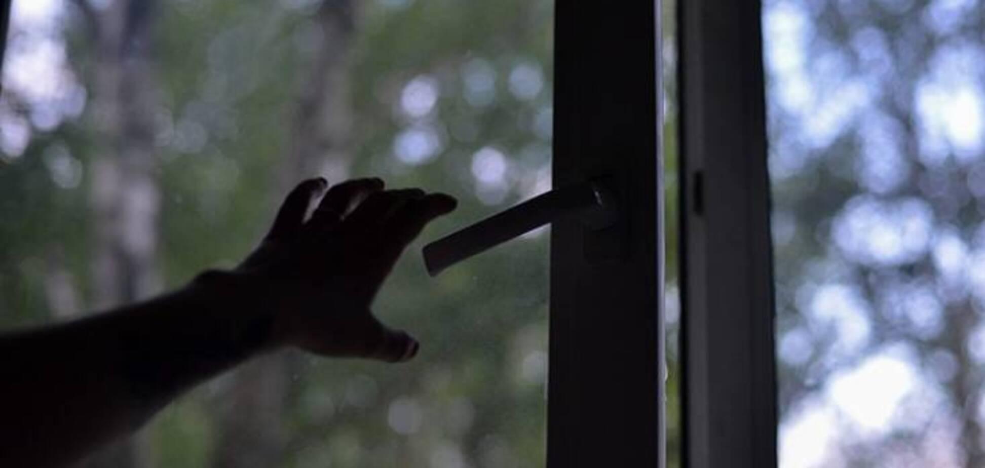 У Кривому Розі 3-річна дитина випала з вікна