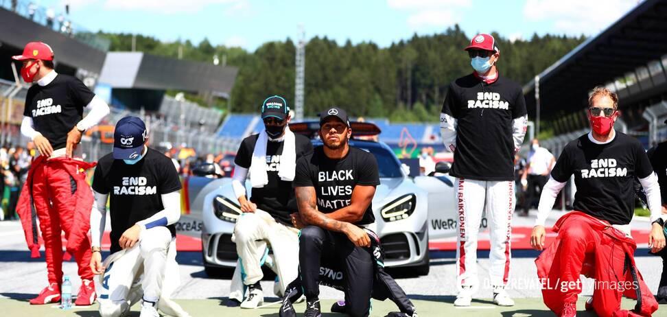 Акция в поддержку движения Black Lives Matter перед стартом первого этапа Формулы-1