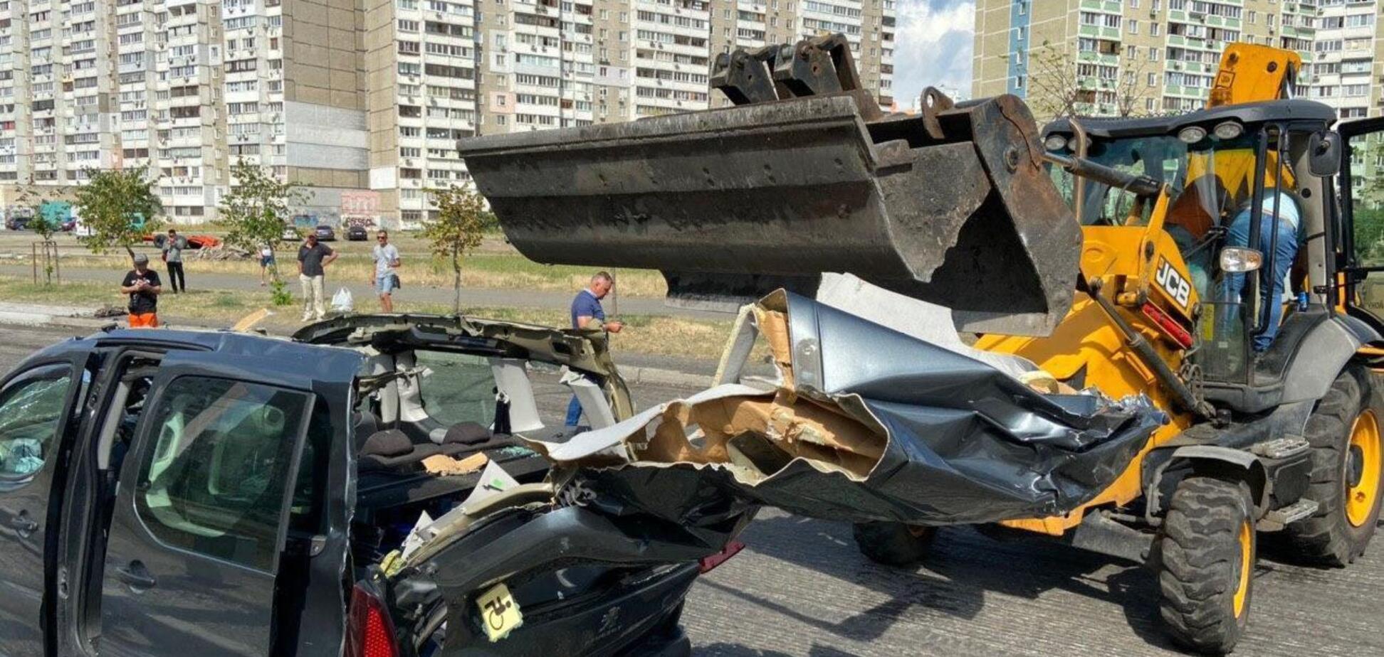 У Києві дах авто зачепило ковшем трактора