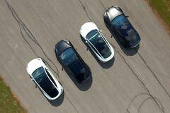 Все электромобили Tesla проверили в гонке. Скриншот видео