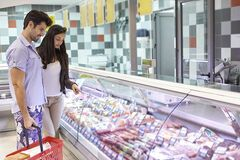 Безопасная покупка: эксперты рассказали, как выбрать свежую колбасу летом