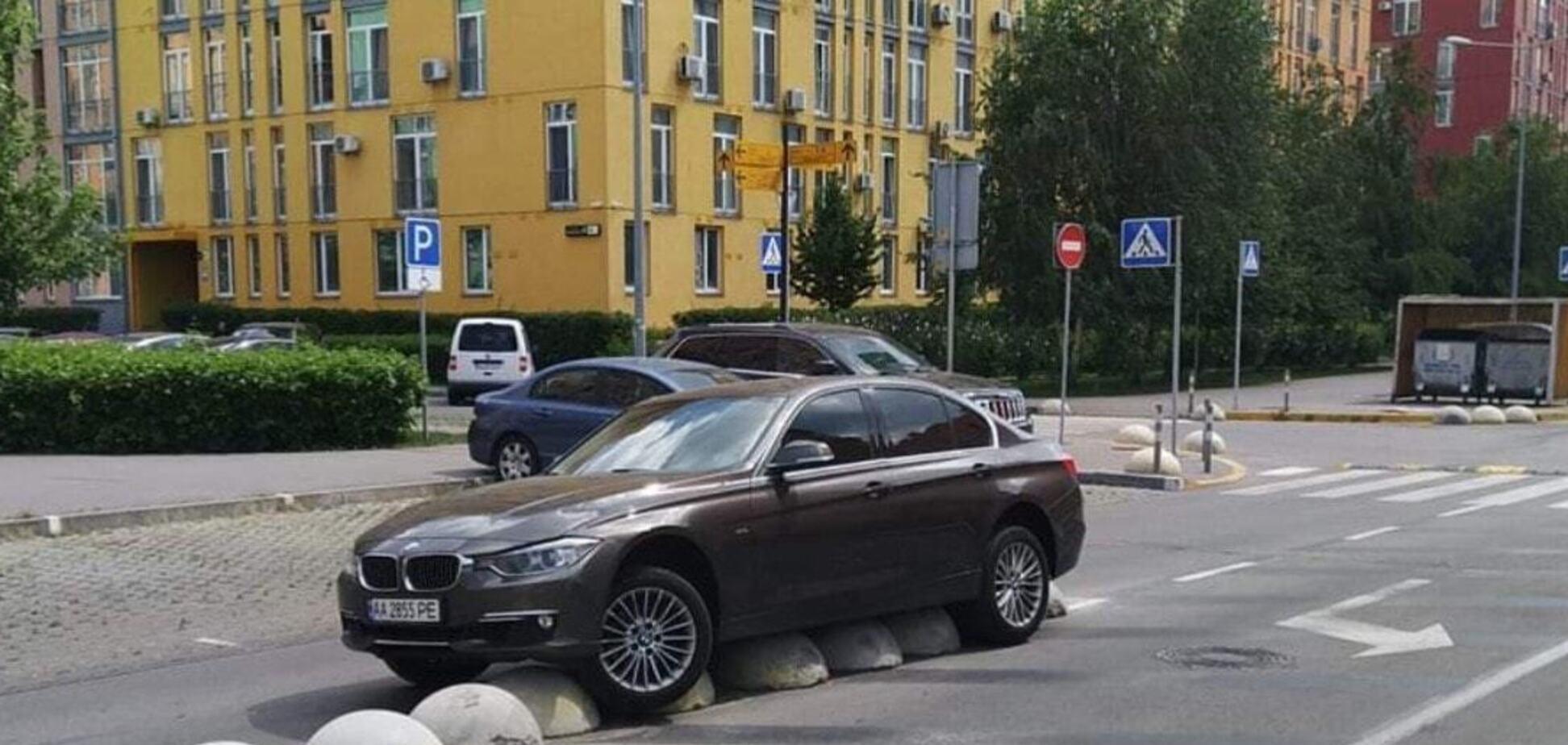 У Києві BMW 'стала жертвою' паркувальних напівсфер