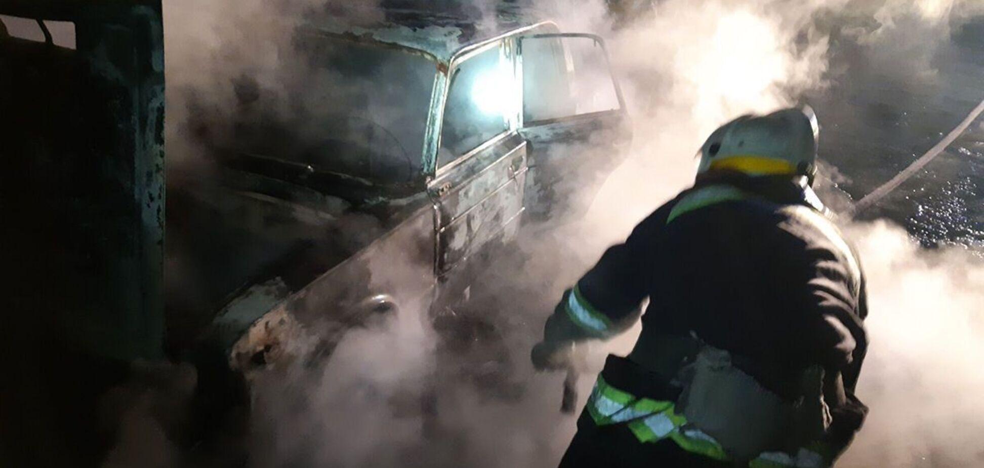 На Днепропетровщине посреди трассы на ходу загорелся автомобиль. Фото