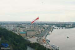 В Киеве над Днепром подняли в небо флаг Беларуси в поддержку протестов