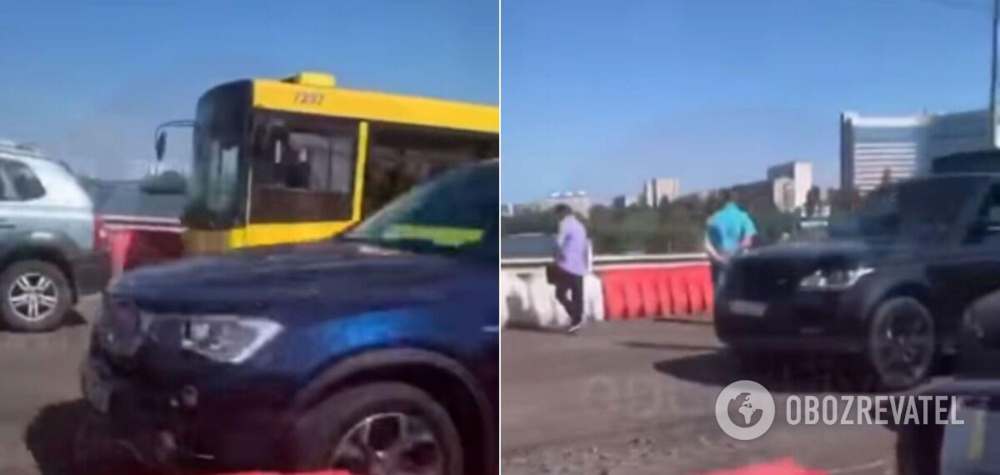 У Києві на мосту не розминулись автобус і два легковики