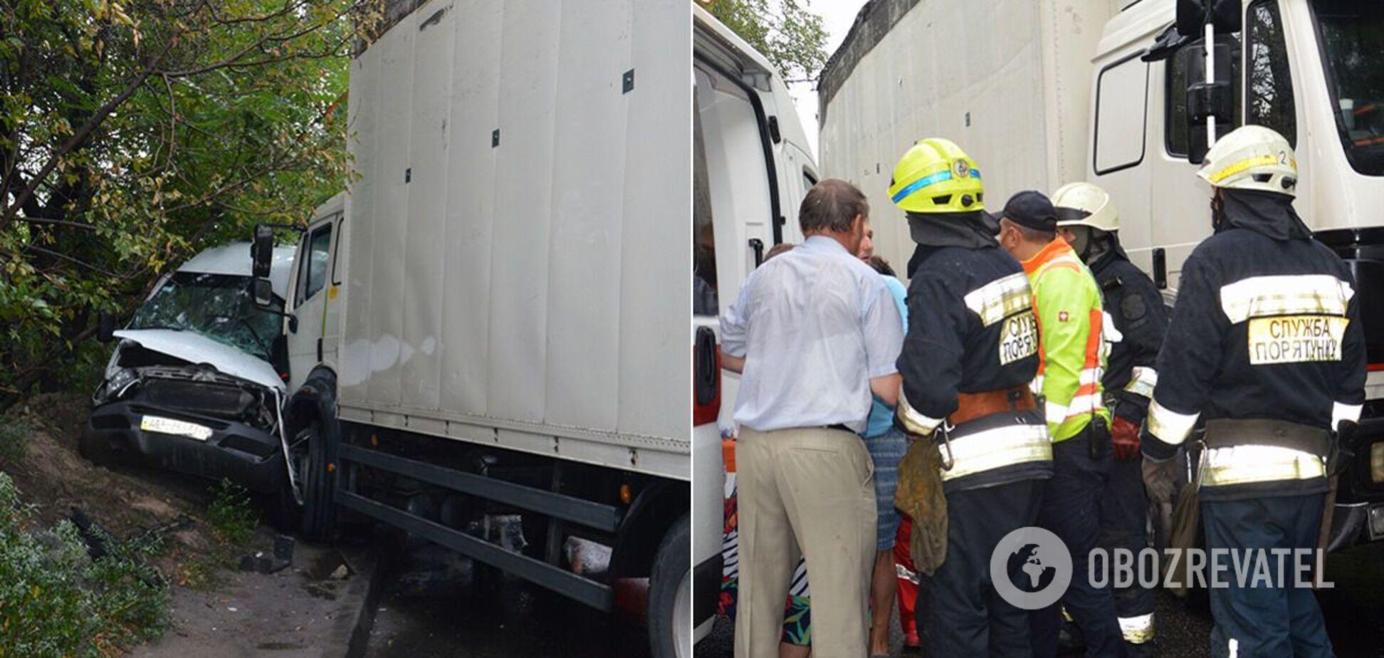 В Днепре грузовик протаранил маршрутку с людьми: пострадали 9 человек. Фото и видео