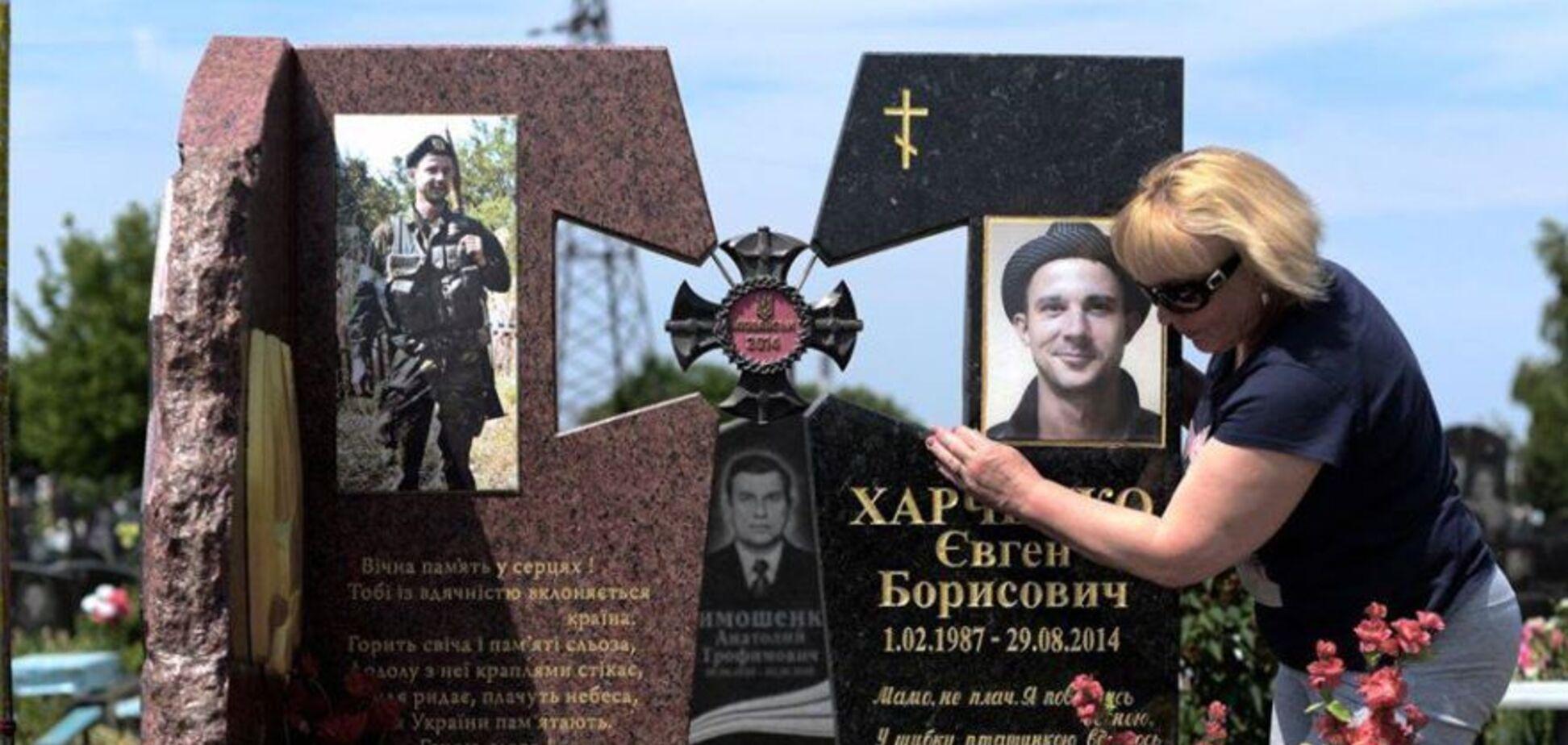 Мати загиблого на Донбасі Євгена Харченка на його могилі
