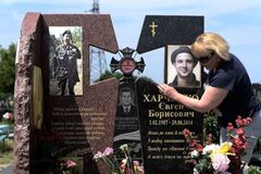 Мать погибшего на Донбассе Евгения Харченко на его могиле