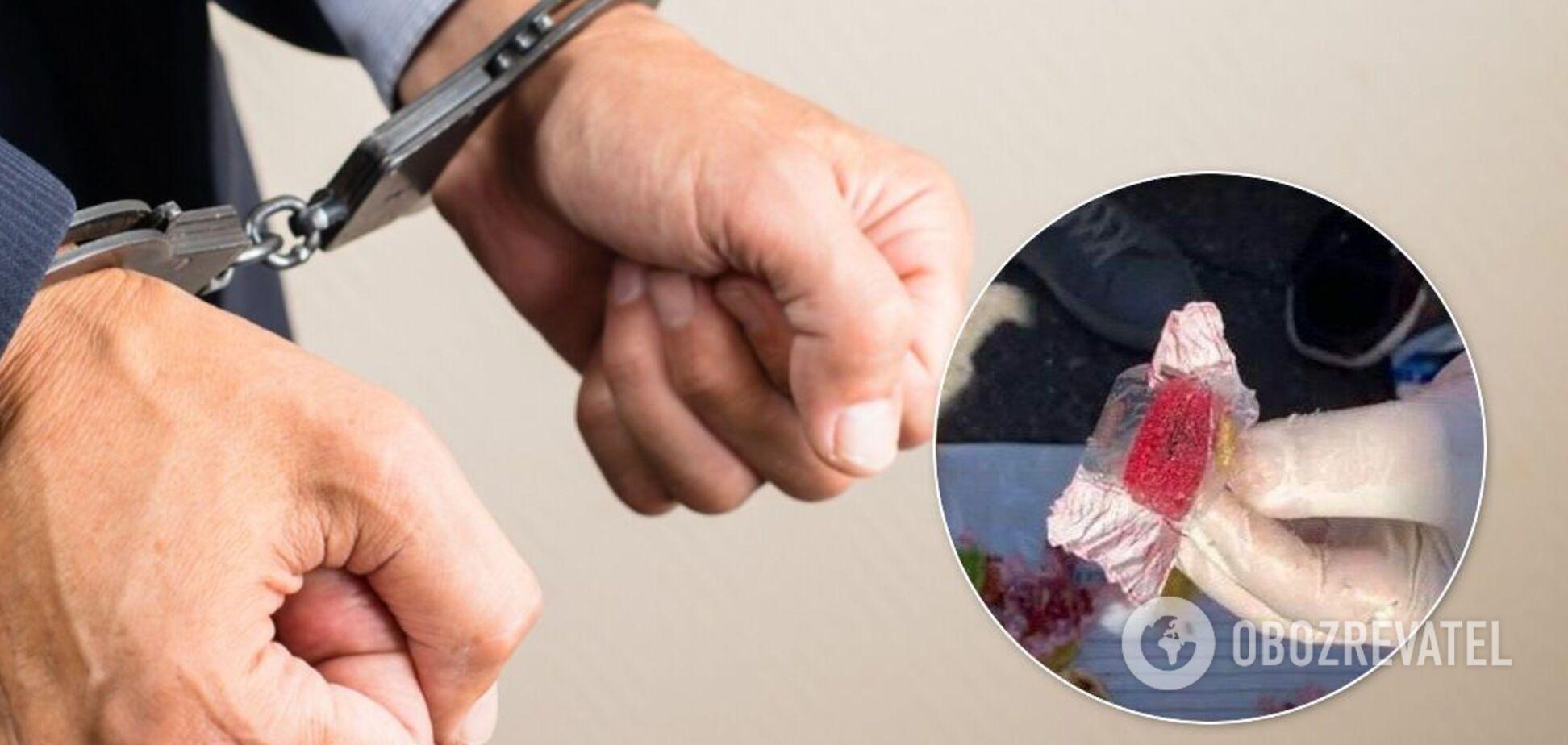 Співробітник СБУ намагався передати секретну інформацію в цукерках