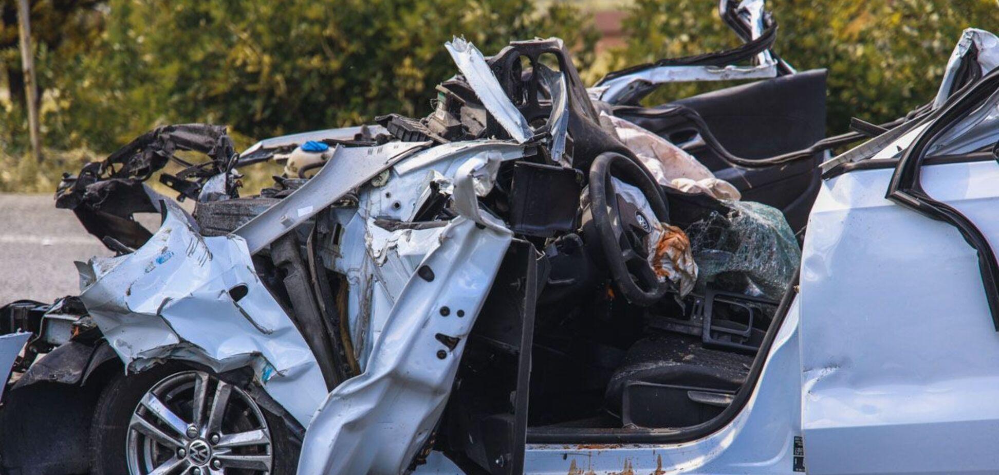 Під Дніпром легковик влетів під фуру: водій загинув на місці. Фото і відео