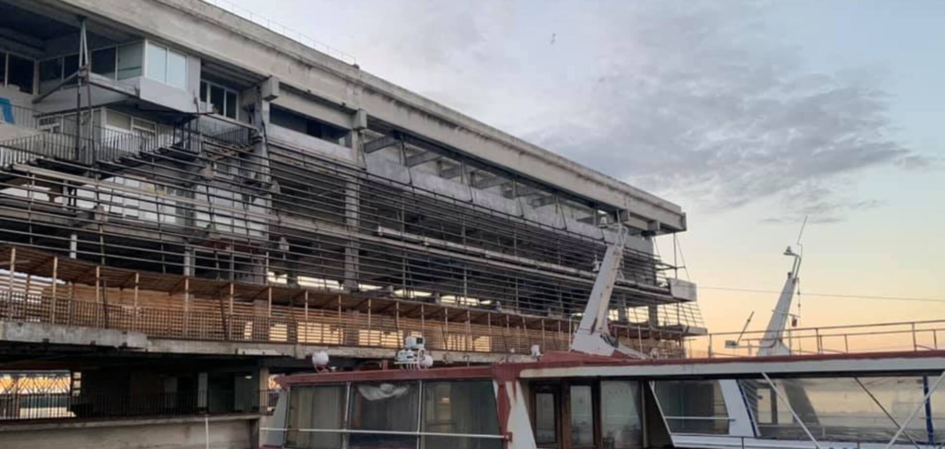 У Дніпрі почали розбирати будівлю річпорту: що буде на його місці. Фото