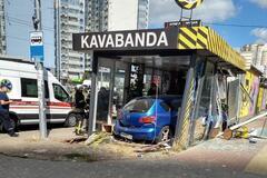 В Киеве авто после ДТП влетело в кафе