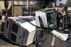 В Одессе перевернулся автомобиль скорой после столкновения с внедорожником
