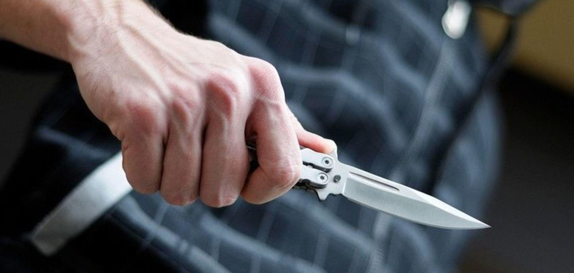 На Дніпропетровщині хлопцеві посеред вулиці встромили ножа у груди: потерпілий у реанімації
