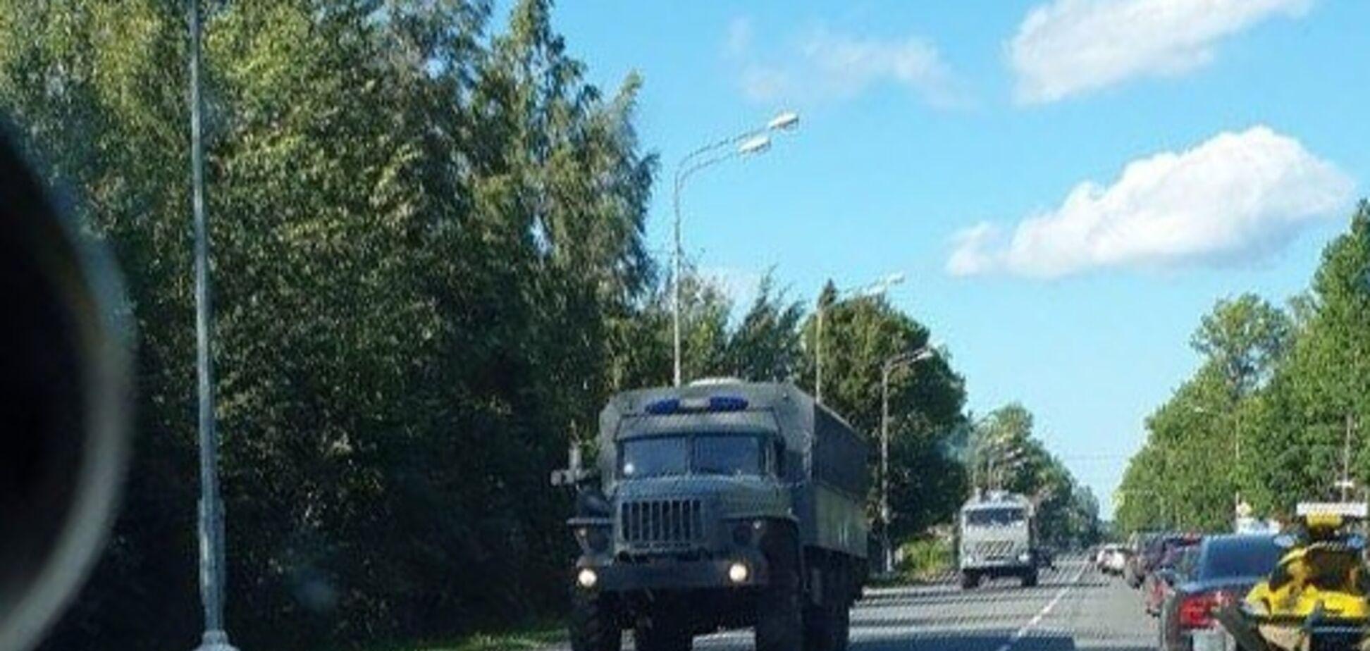 В России в направлении Беларуси зафиксировали колонну военной техники (фото: Фонтанка)