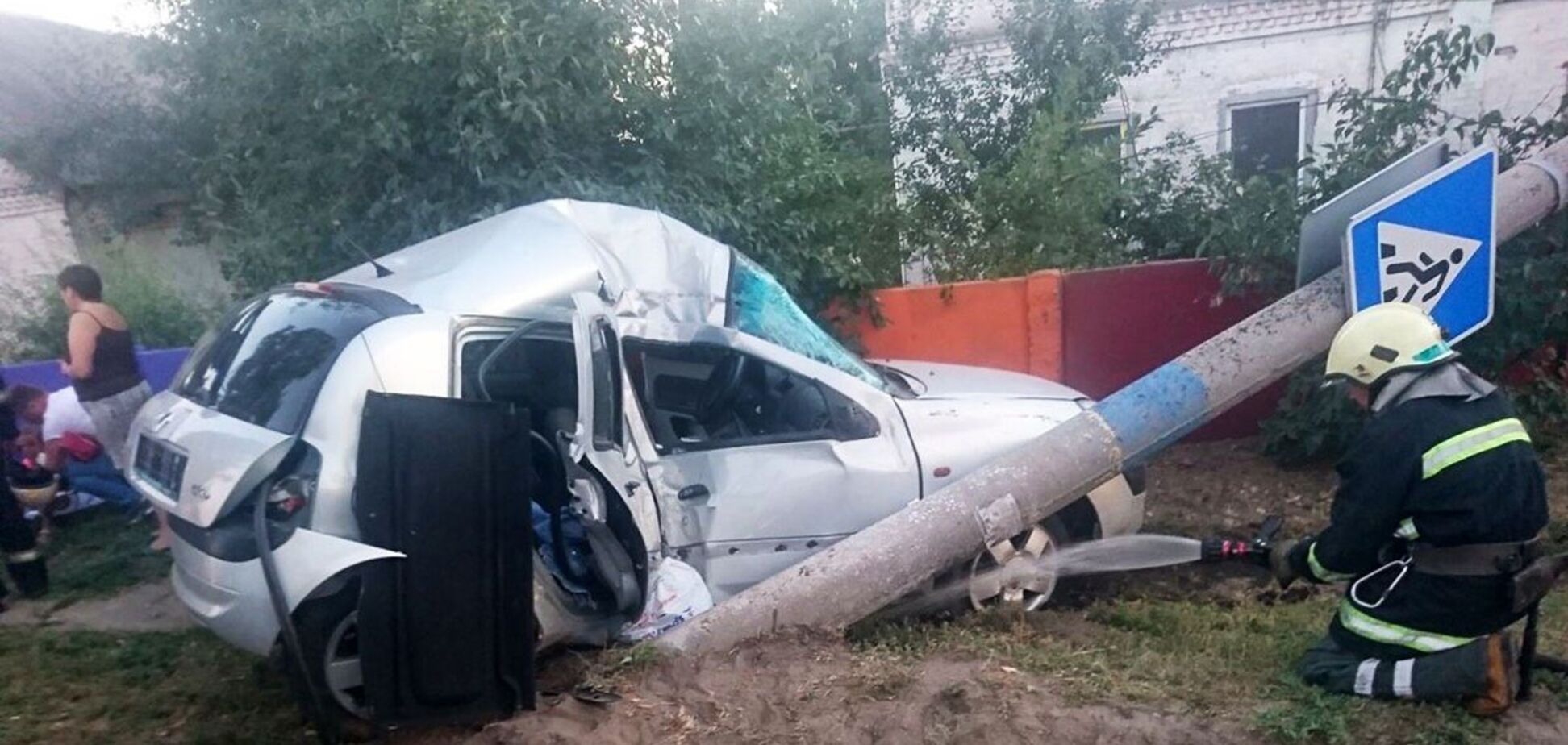 Під Дніпром авто з дітьми влетіло в стовп: одна пасажирка померла в лікарні. Фото
