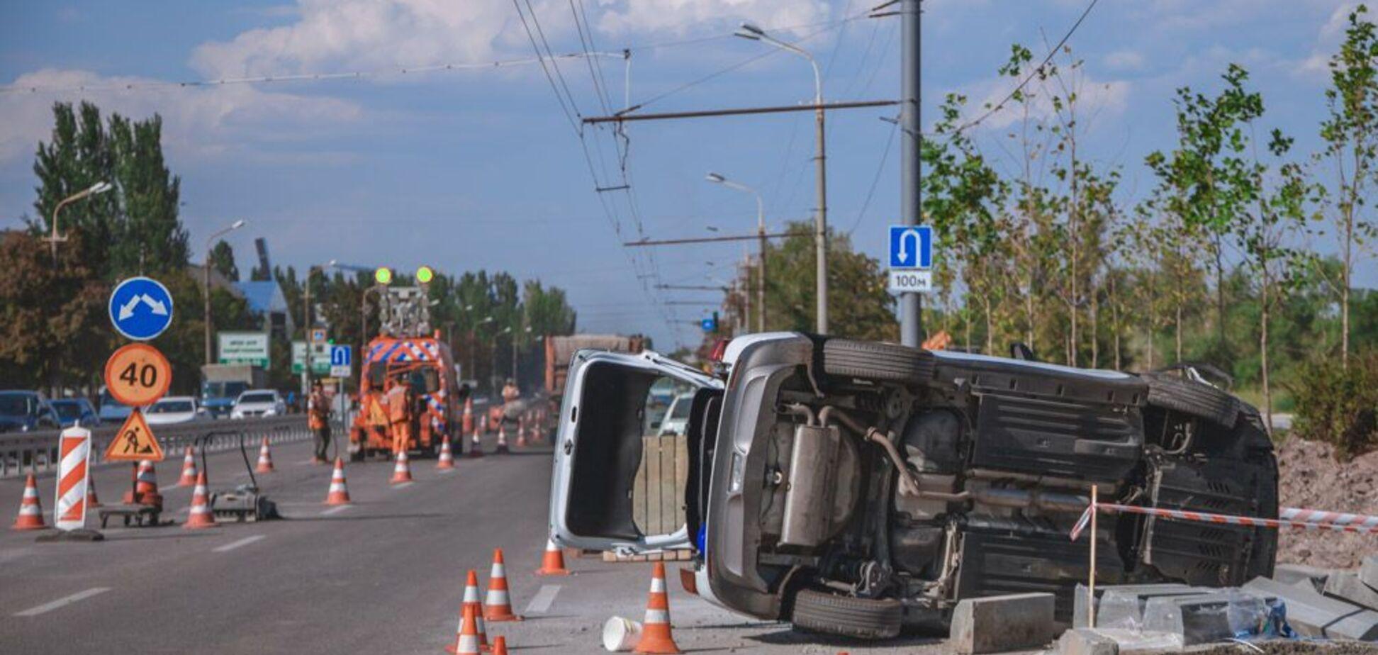 У Дніпрі авто збило дорожнього робітника і перевернулося. Фото і відео