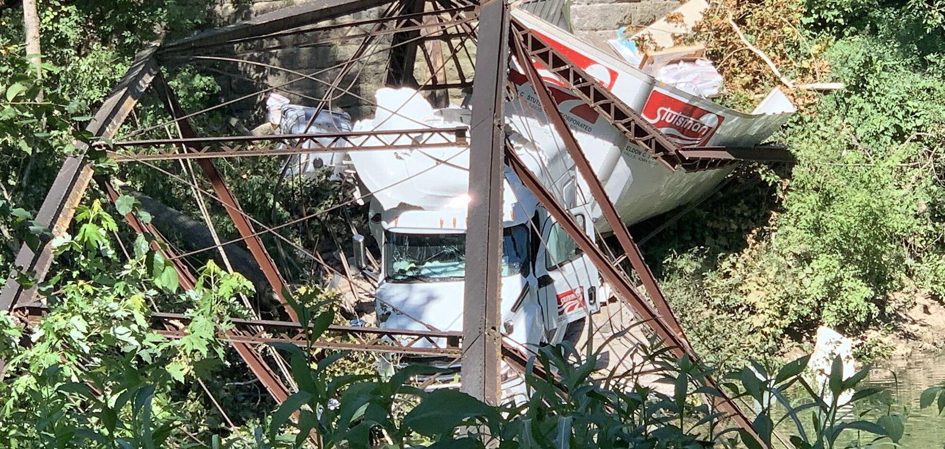 Величезна вантажівка зруйнувала міст і провалилася в річку. Фото: Twitter Ashley Eddy KRCG 13