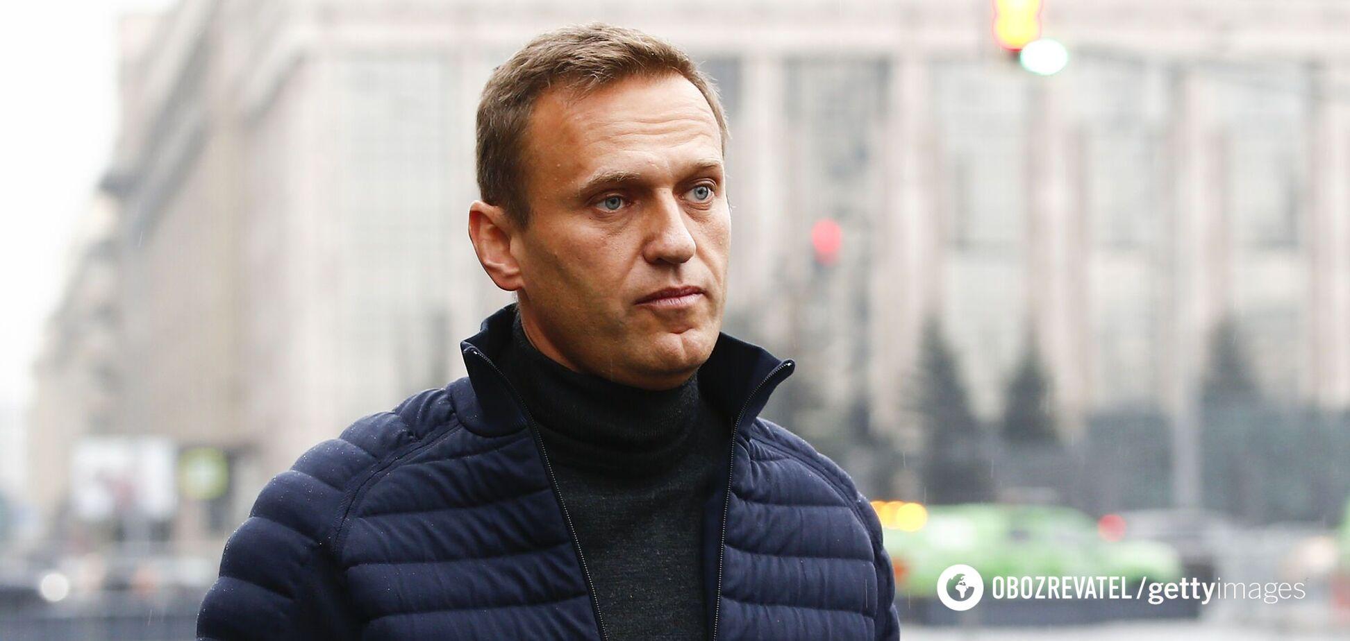 Склянку Навальний отримав із рук свого помічника