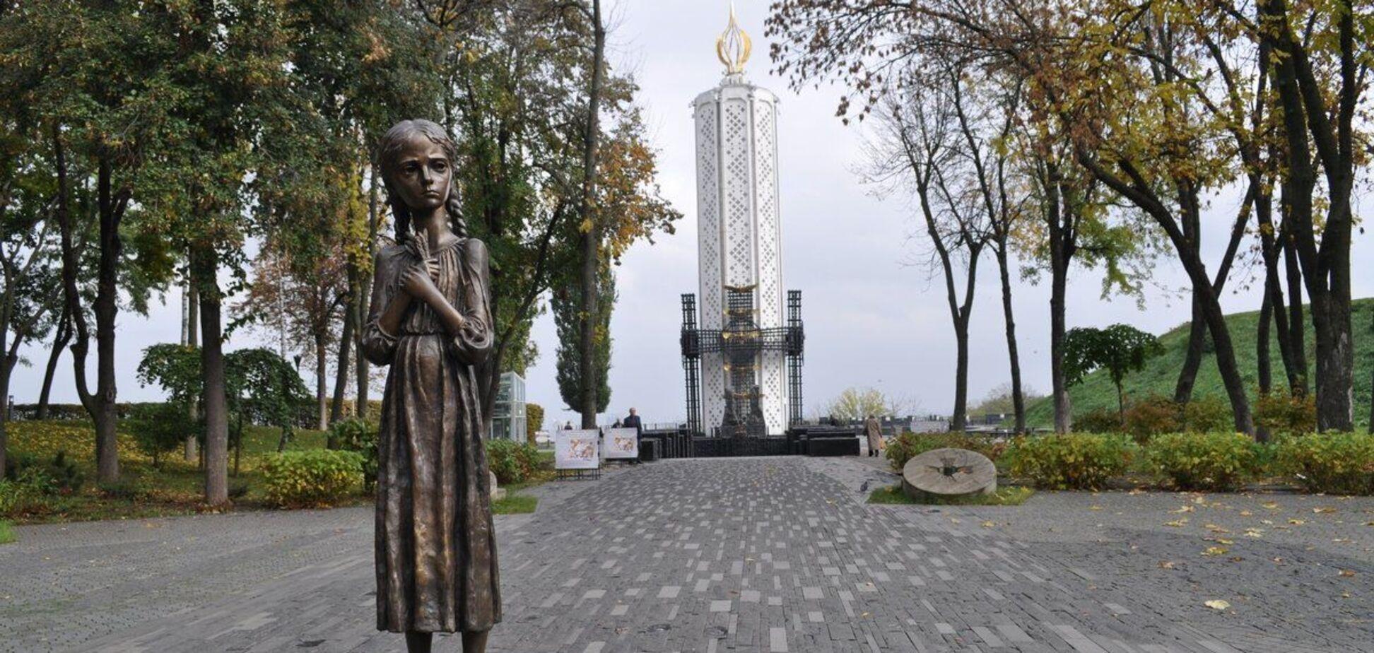 'Девочку с колоском' у музея Голодомора в Киеве изуродовали вандалы (фото: 2gis.ua)