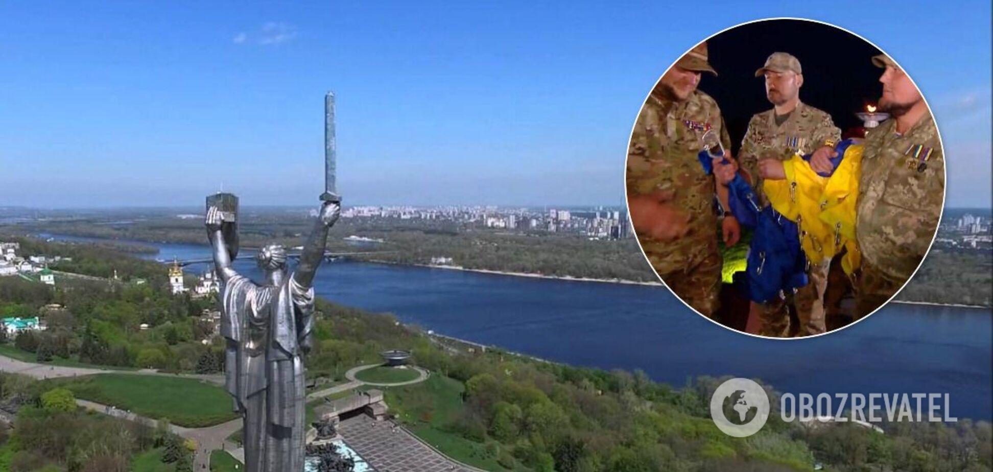 В Киеве подняли огромный украинский флаг