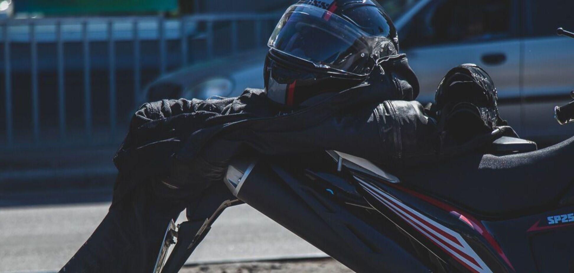 У Дніпрі п'яний пішохід потрапив під колеса мотоцикла. Фото