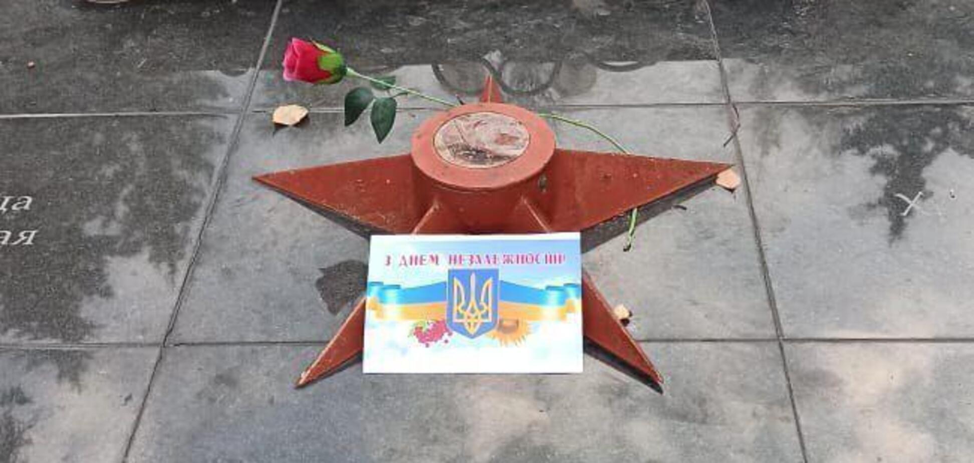 В Лутугино разнесли открытки ко Дню Независимости Украины (фото: Telegramdonechanyn)