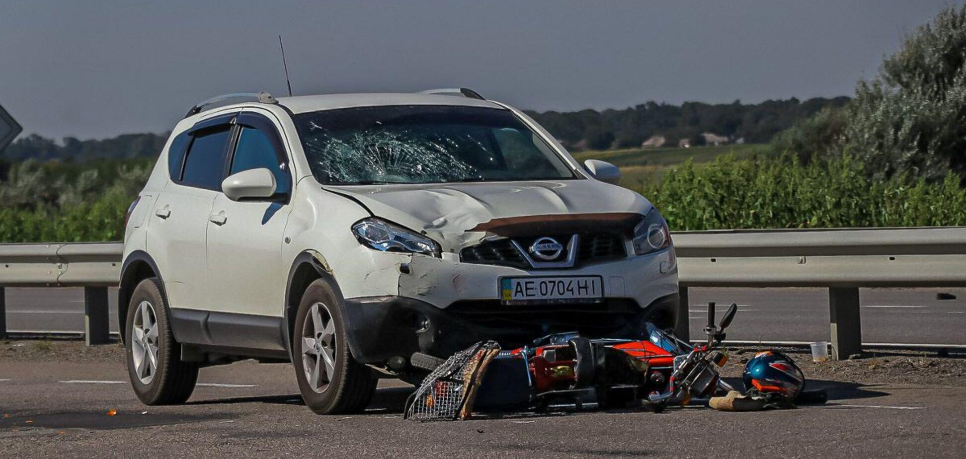 Під Дніпром авто збило мопедиста: потерпілий помер у лікарні. Фото