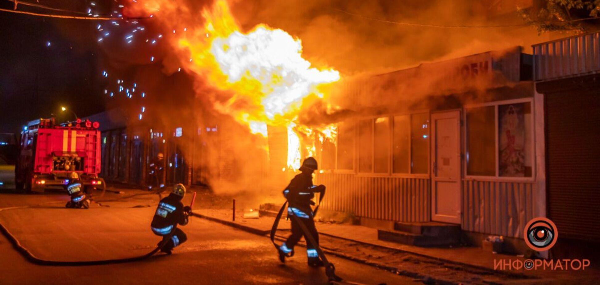 У Дніпрі на Шолохова згоріли кілька кіосків. Фото з місця НП