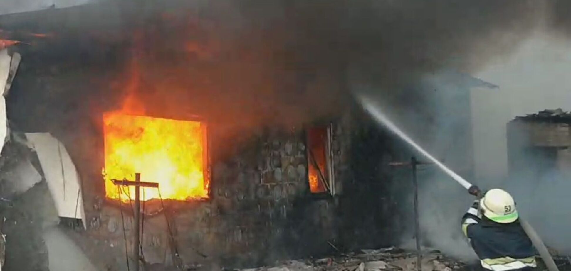 На Дніпропетровщині вогонь охопив житловий будинок: є постраждалі. Фото та відео