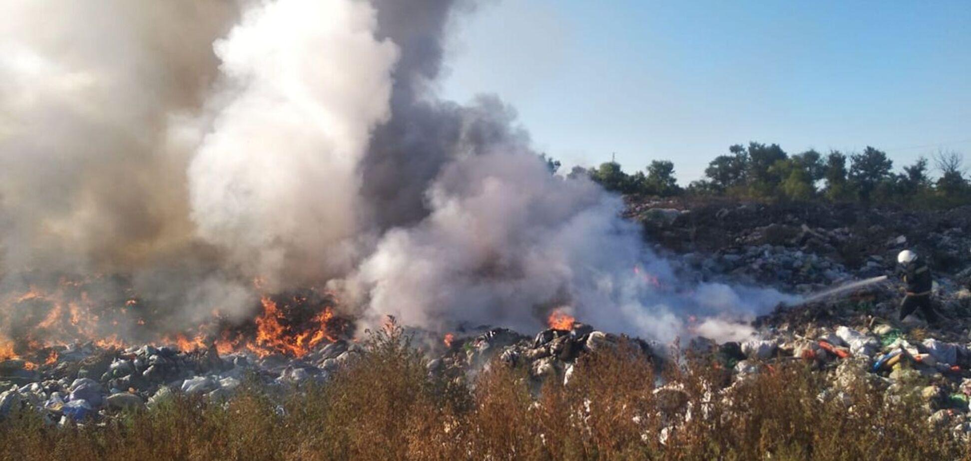 На Дніпропетровщині більше 6 годин гасили масштабну пожежу на звалищі. Фото