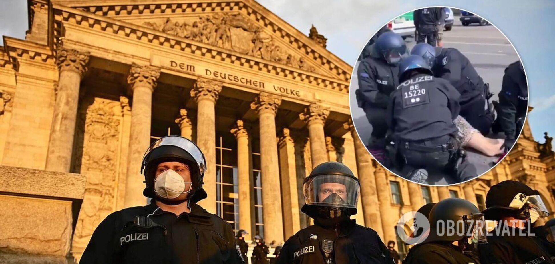 В Берлине полицейский избил женщину
