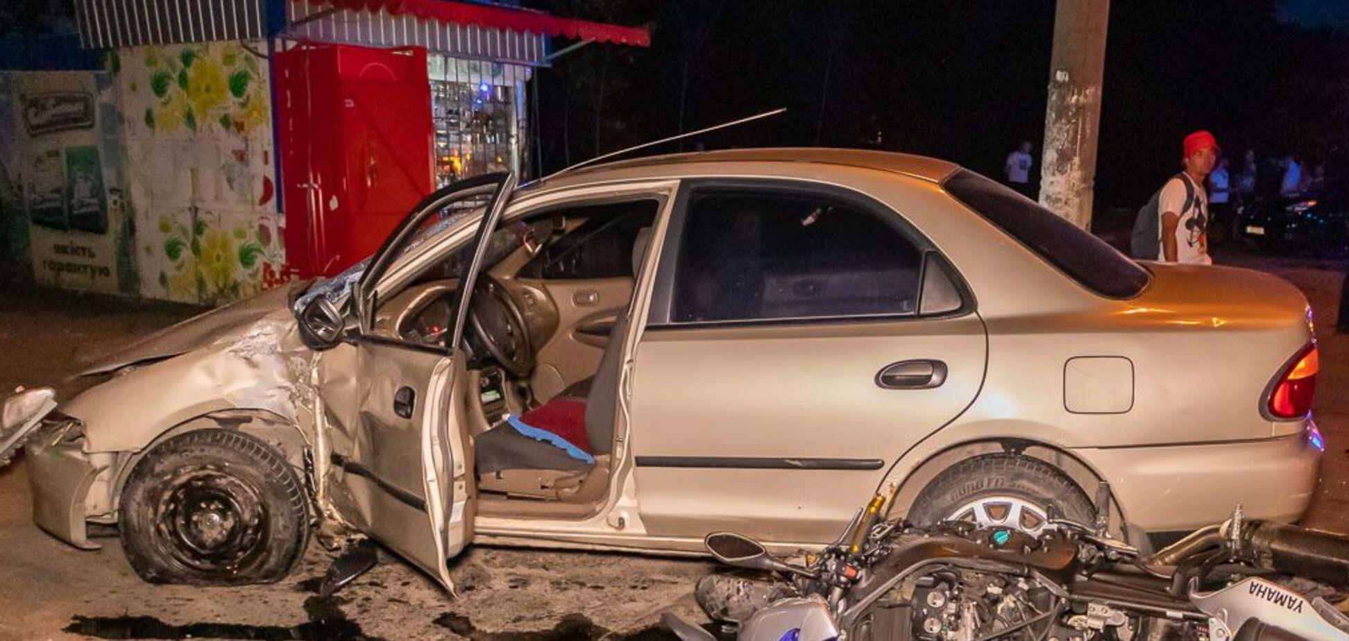 У Дніпрі мотоцикл на швидкості влетів у легковик: є загиблий і постраждала. Фото