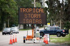 На США обрушился ураган 'Исайяс': объявлено чрезвычайное положение. Фото и видео