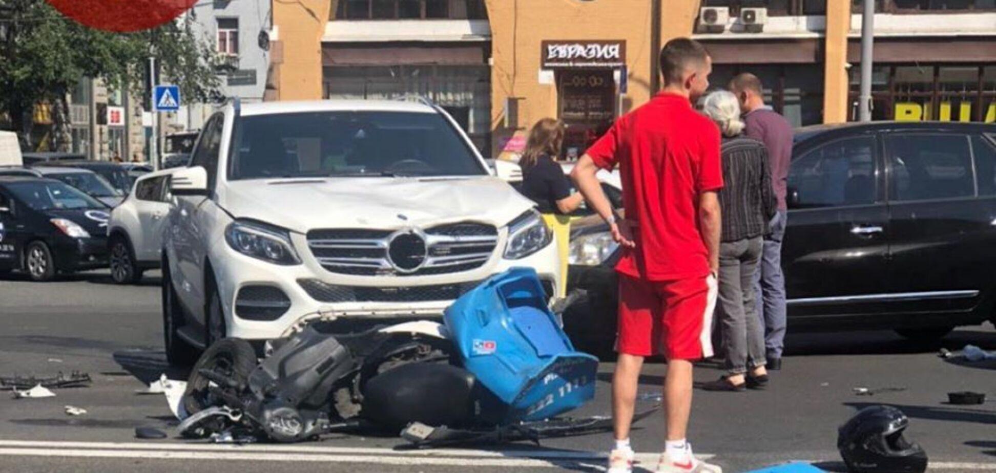 У центрі Києва зіткнулись два авто і скутерпіцеріїDomino's