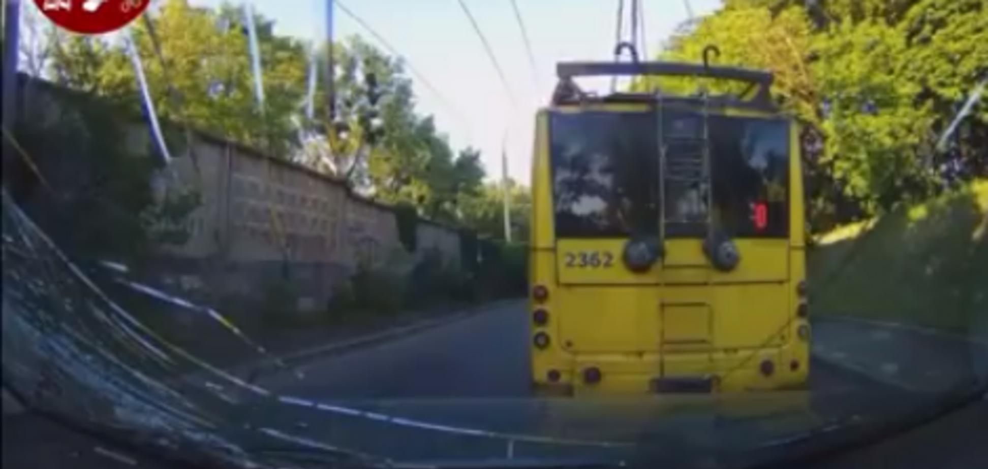 В Киеве троллейбус 'рассыпался' на ходу