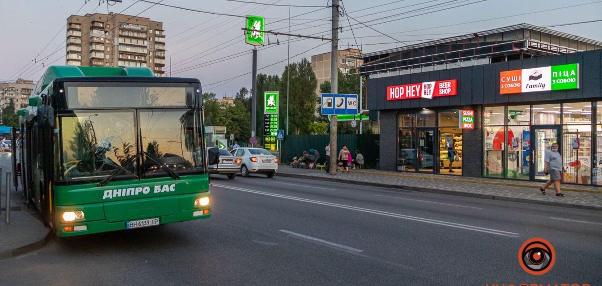 У Дніпрі авто 'підрізало' автобус з пасажирами: є постраждалі