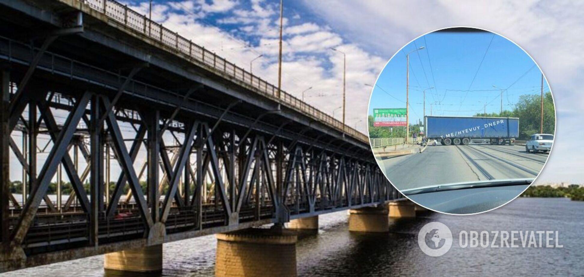 У Дніпрі фура застрягла поперек мосту: утворився величезний затор. Фото і відео