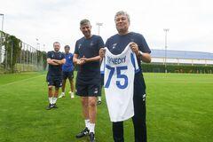 Мирча Луческу с футболкой 'Динамо'