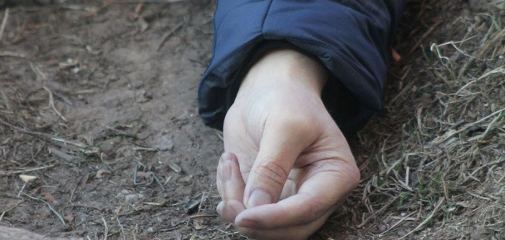 У парку Кривого Рогу знайшли тіло напівроздягненого хлопця. Фото 18+