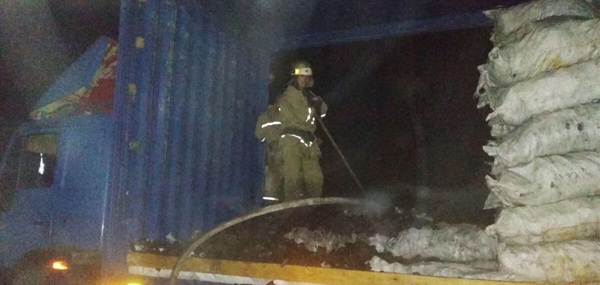 На Дніпропетровщині біля заправки загорілася вантажівка з вугіллям. Фото з місця НП