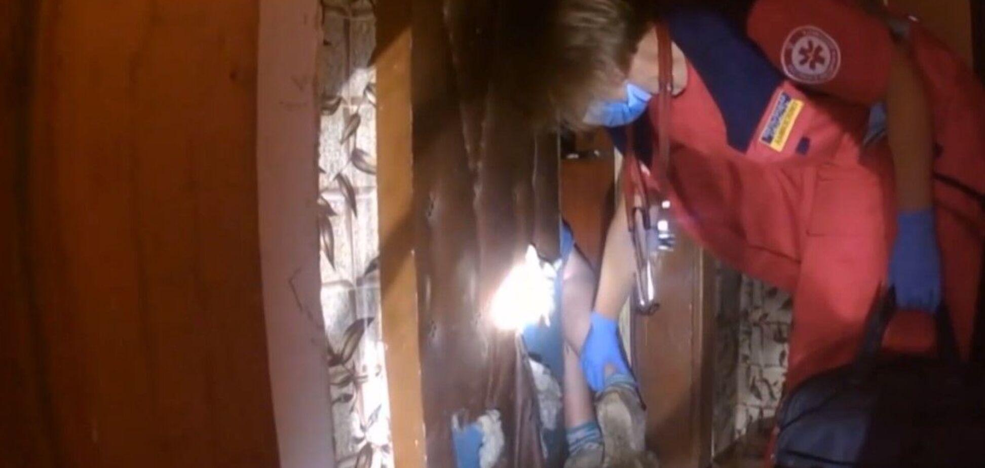 В Хмельницком пенсионерка застряла в дверях своей квартиры из-за мусора