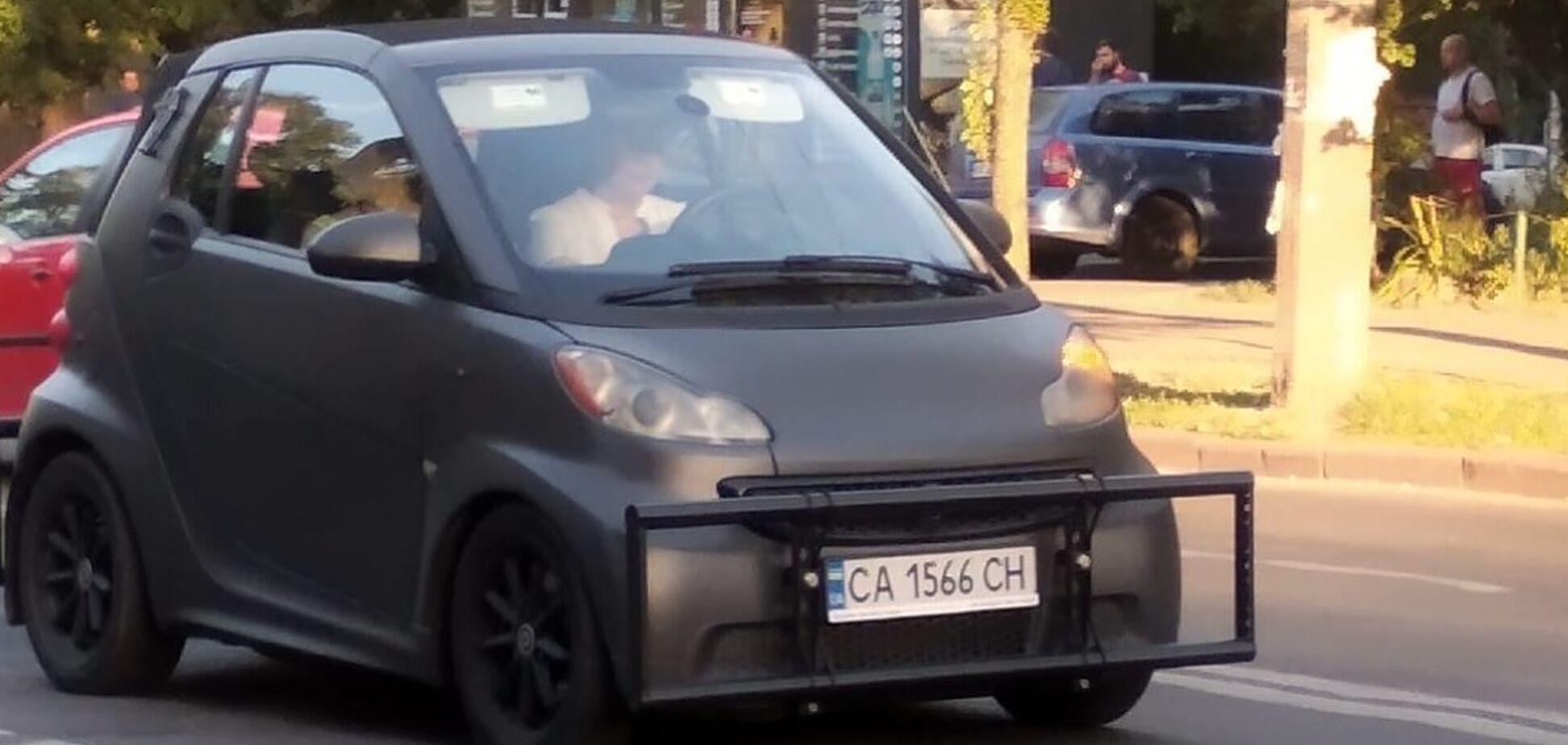 В Киеве засняли автомобиль с необычной защитой от ударов при ДТП