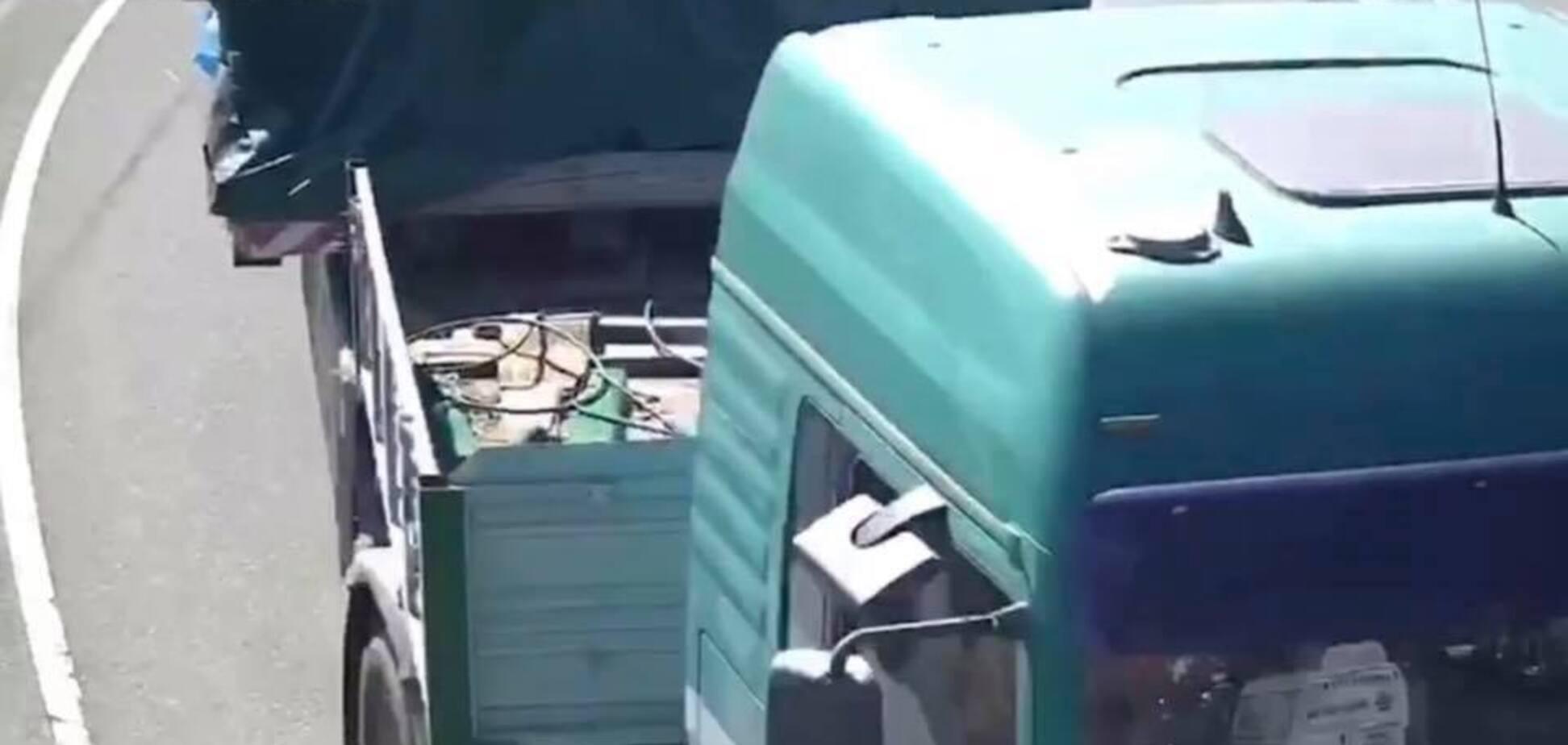 У Києві з Подільсько-Воскресенського мосту вивезли обладнання