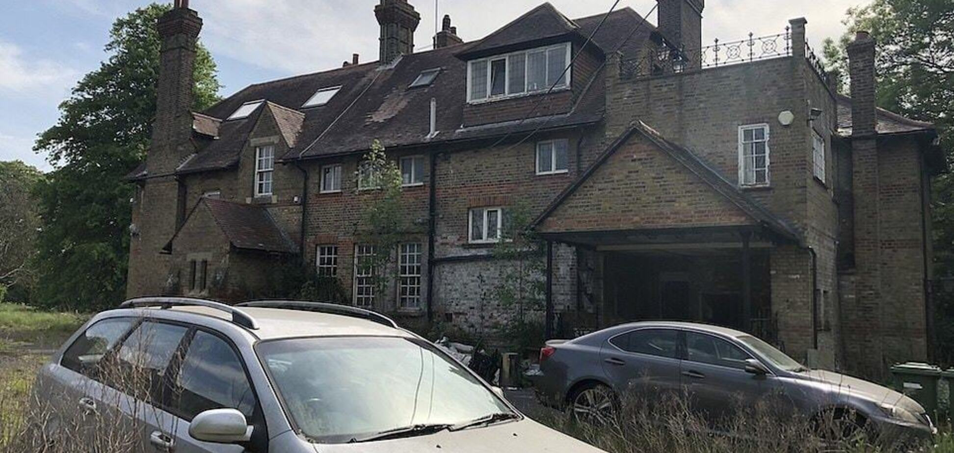 Владельцы дома сбежали и оставили свои автомобили. Фото: dailymail.co.uk