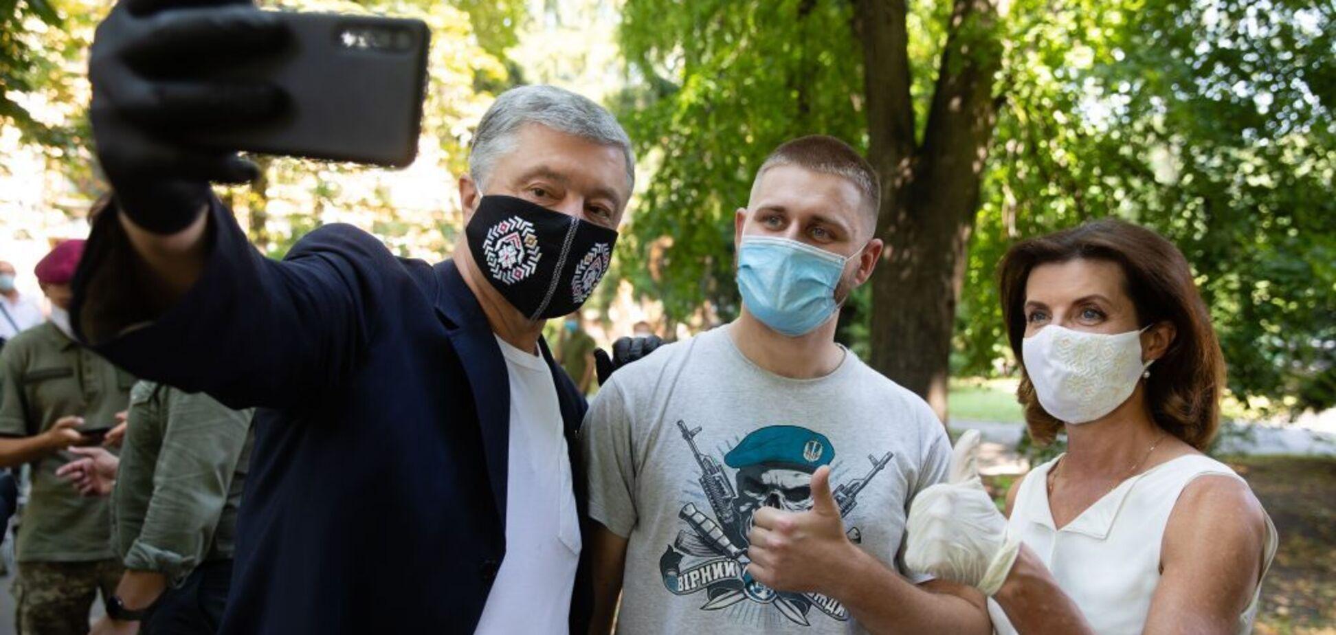 Порошенко посетил раненых украинских военных и напомнил Зеленскому о 'красных линиях'